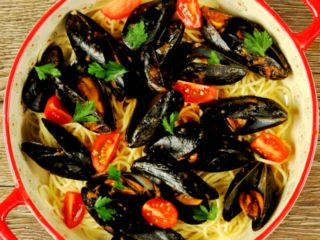 Spaghetti with Mussels and Tomato Sauce -