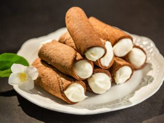 Cannoli with Mascarpone and Amaretto